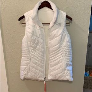 White The North Face puffer vest size L NWT